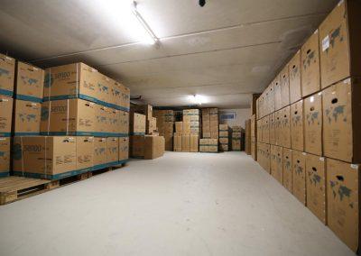 Lager mit eingepackten Klimageräten